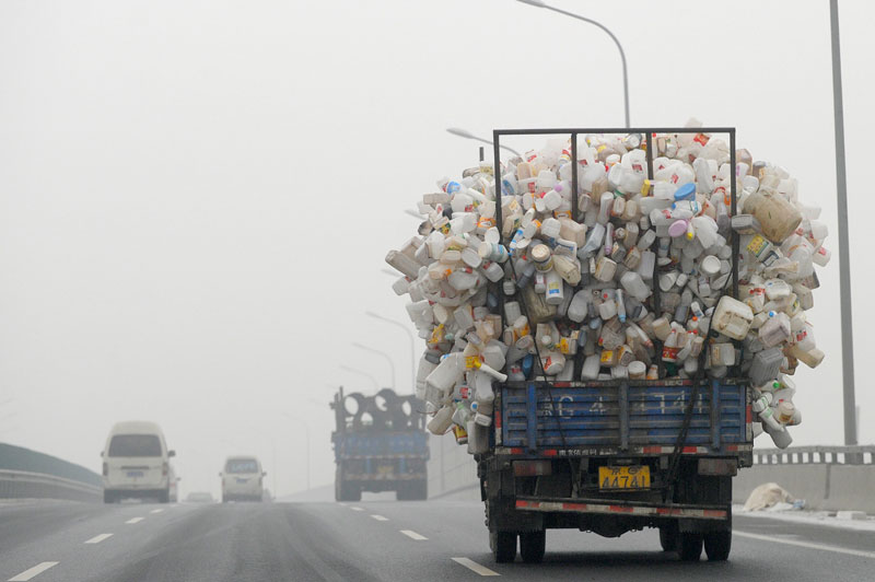 <b>En alerte</b>. La capitale chinoise est au bord de l'asphyxie. Les 20 millions d'habitants de Pékin évoluaient lundi dans un brouillard épais et irrespirable, provoqué par la pollution. Si le phénomène est récurrent depuis plusieurs années, il semble s'amplifier ces dernières semaines, notamment à cause de l'absence de vent en octobre et novembre. À tel point que l'ambassade américaine à Pékin a tiré la sonnette d'alarme, qualifiant le niveau de pollution atmosphérique de «dangereux». Du coup, depuis quelques jours, des centaines de vols ont été annulés et des axes routiers fermés à cause du manque de visibilité.