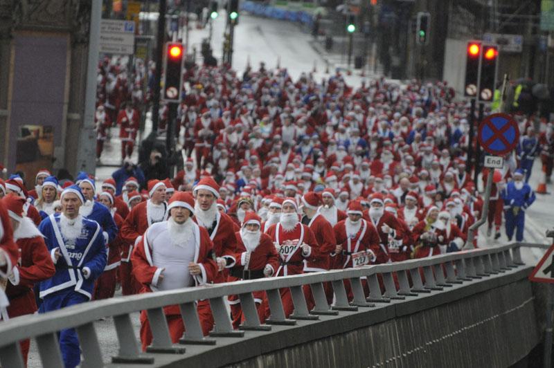 <b>Déferlante</b>. Pas de traineaux mais de bonnes paires de basket pour ces Pères Noel ! Et les enfants de Liverpool ont dû perdre la tête, ce dimanche, en les voyant défiler sous leurs fenêtres. Au total, ils étaient plus de 8000 à participer à la Santa Dash, une course de cinq kilomètres organisée chaque année pour réunir des fonds en faveur d'organisations caritatives. D'autres villes du Royaume-Uni feront honneur à cette tradition, notamment cinq samedi, puis encore une bonne trentaine dimanche, dont Bristol, Glasgow, Londres, Manchester ou Southampton.
