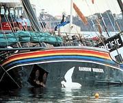 Le photographe de l'expédition est tué par l'explosion de la deuxième mine utilisée pour saboter le bateau.