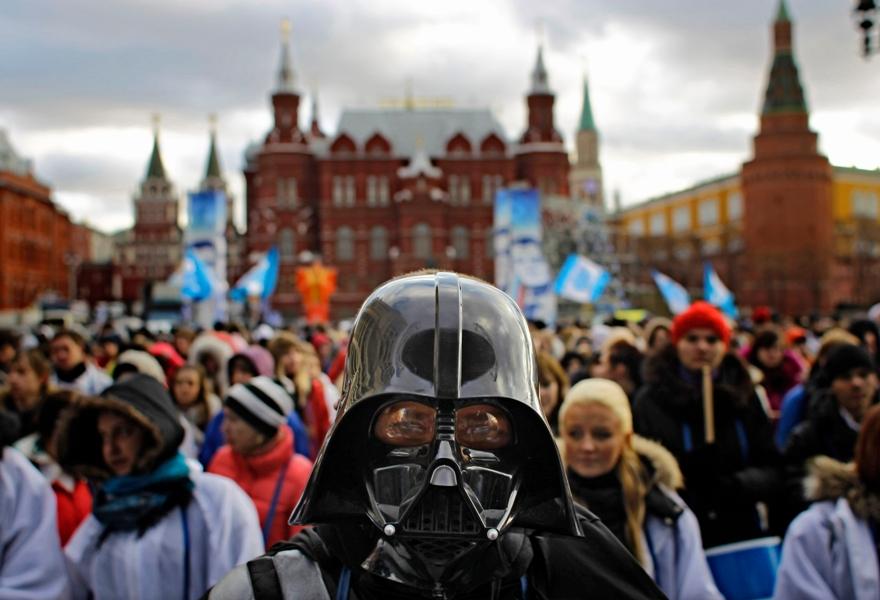 Les membres des Stal (le parti de jeunesse pro-Kremlin) sont aussi descendus dans la rue pour défendre leur président. Le premier ministre Vladimir Poutine a été critiqué par les observateurs de l'OSCE, qui considèrent que les élections de ce week-end étaient entachées de nombreuses fraudes.