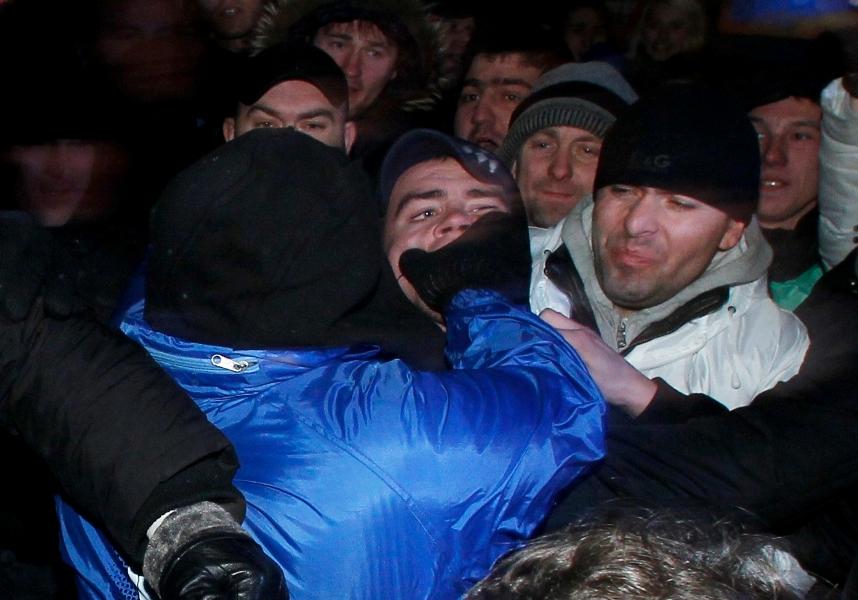 Les pro- et anti-Poutine en sont venus au mains dans la rue. Les opposants au régime sont descendus pour la deuxième fois en deux jours manifestés contre les résultats du scrutin.