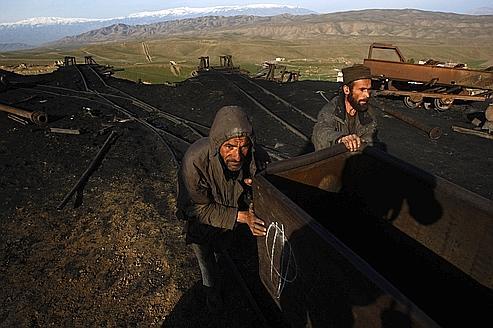 Le sol afghan regorge de minerais : cobalt, cuivre, pétrole, or... Ici, des mineurs poussent un chariot de charbon, dans le nord du pays.
