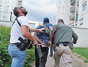 Extraction d'un dealer dans la cité des Beaudottes à Sevran. La tension est palpable. N'importe qui peut prendre les hommes de la BAC pour cible. (Jean-Pierre Rey)