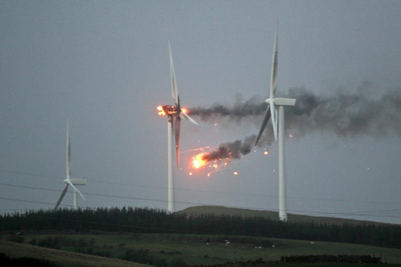 <b>Explosée.</b> Quelque 70000 foyers ont été privés d'électricité en Écosse au lendemain d'une violente tempête, qui a notamment provoqué la destruction d'une éolienne qui a pris feu. Les vents qui ont atteint jusqu'à 240km/heure, jeudi dernier, en Écosse, ont provoqué de fortes perturbations dans les transports et la fermeture de milliers d'écoles. La tempête a entraîné des dégâts matériels, mais aucun blessé grave n'a été recensé.