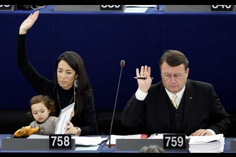 <b>Accompagnée</b>. La députée européenne italienne Licia Ronzulli avait déjà fait sensation l'année dernière. Mercredi, la jeune maman a de nouveau participé à une séance plénière au Parlement européen de Strasbourg, en compagnie de sa fille. Car même si le règlement, assez souple, permet aux mères de venir avec leur enfant, la scène est assez inhabituelle. Problème de baby-sitter ? Pas vraiment. L'Italienne de 36 ans, ancienne puéricultrice de Milan revendique de meilleurs droits pour les femmes. «Je suis ici symboliquement avec ma fille Vittoria pour penser à toutes les femmes qui ne peuvent pas concilier sereinement grossesse et emploi, vie professionnelle et vie familiale. Je souhaiterais que les institutions européennes soient plus engagées à ce sujet, à commencer par le Parlement européen, pour que nous puissions toutes mener à bien ces deux vies», a-t-elle dit.