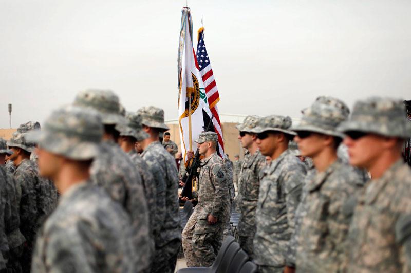 Près de neuf ans après l'intervention contre le régime de Saddam Hussein, l'armée américaine a officiellement marqué aujourd'hui la fin de sa présence en Irak en repliant symboliquement la «bannière étoilée» en présence du chef du Pentagone, Leon Panetta. Les quelque 4000 soldats américains encore déployés sur le sol irakien rentreront au Etats-Unis avant le 31 décembre, laissant derrière eux un pays fragilisé. Le président Barack Obama, qui avait fait du retrait des troupes une promesse électorale, a assuré au Premier ministre irakien, Nouri al Maliki, que Washington resterait un partenaire loyal de Bagdad après le retrait des dernières troupes.
