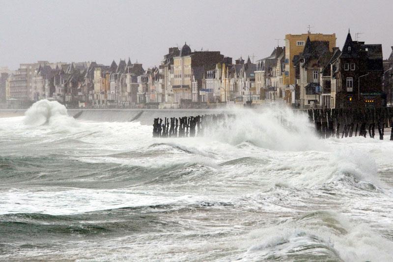 Saint Malo s'est réveillé ce matin dans la tempête, son littoral frappé par des vagues puissantes poussées par la houle et un vent violent. Onze départements, sur toute la façade ouest du pays, ont été placés en vigilance orange jusqu'à vendredi. «Les rafales atteindront 120 à 130 km/h, voire localement 140 km/h sur le littoral. Dans l'intérieur les rafales avoisineront 90 à 110 km/h, s'élevant localement jusque 120km/h», selon Météo France.