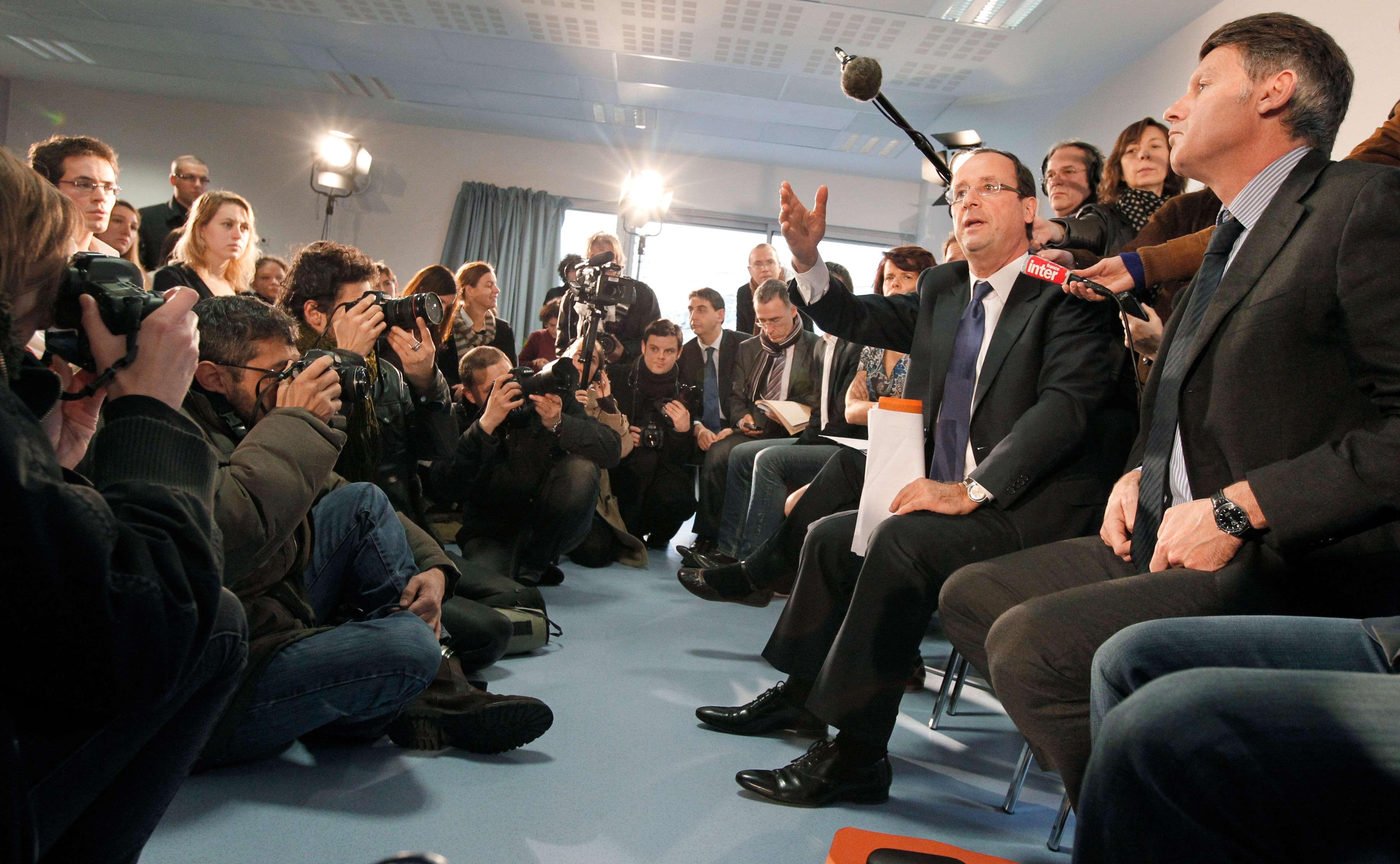 François Hollande (deuxième à droite) discute avec des enseignants stagiaires, lors d'un déplacement à Bondy, Seine-Saint-Denis. TRICK KOVARIK /AFP