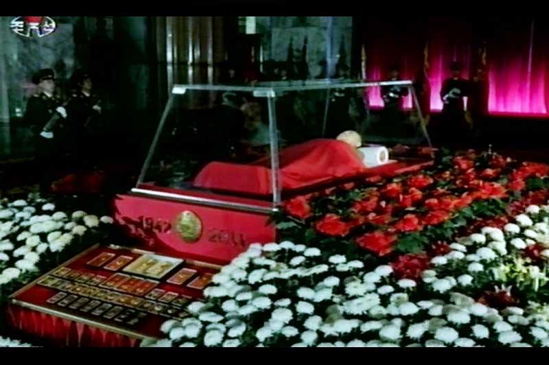 <b>Rendu public</b>. Un premier devoir officiel. Le nouveau dirigeant nord-coréen, Kim Jong-un, s'est rendu mardi auprès de la dépouille de son père dans la capitale, à Pyongyang. Le corps de Kim Jong-il est exposé au palais-mémorial de Kumsusan, un ancien palais présidentiel devenu le mausolée de Kim Il-sung, décédé en 1994. Une cérémonie solennelle s'est déroulée en présence de hauts fonctionnaires du parti des travailleurs, de représentants du gouvernement et de l'armée venus «exprimer leurs profondes condoléances et leur amère douleur». Le défunt recouvert d'un linceul rouge, repose dans un cercueil de verre entouré de roses rouges et blanches. Le sarcophage porte les inscriptions «1942-2011», ainsi que l'emblème national de la République populaire et démocratique de Corée. Les nombreuses décorations et médailles de Kim Jong-Il trônent à proximité de la dépouille.