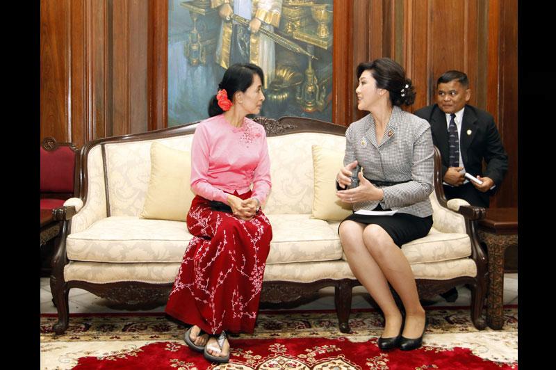 <b>Soutien</b>. Yingluck Shinawatra, la première ministre thaïlandaise, a décidé d'apporter son soutien à l'opposante birmane Aung San Suu Kyi, au lendemain d'une rencontre historique entre les deux femmes à l'ambassade de Thaïlande à Rangoun. Il s'agit du premier chef d'Etat ou de gouvernement à s'être entretenu avec la lauréate du prix Nobel de la paix, à l'occasion d'un sommet des six pays riverains du fleuve Mékong qui avait lieu en Birmanie. Ce soutien officiel intervient alors que la Ligue nationale pour la démocratie, le parti de la Dame de Rangoun, a été officiellement reconnu comme légal par la Commission électorale birmane la semaine dernière.
