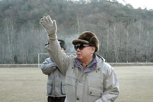Le dirigeant nord-coréen Kim Jong-il est mort de surmenage physique et mental, selon les médias officiels du régime communiste.