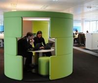 Des espaces de réunion chez Accenture.