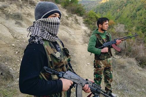Deux membres de l'Armée syrienne libre, le 15 décembre, dans la province d'Idlib, près de la frontière avec la Turquie.