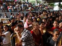 Des réfugiés font la queue dans un centred'aide.