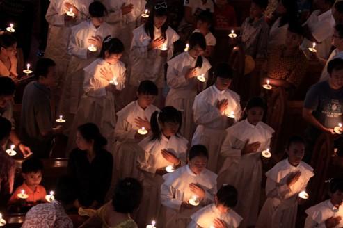 Χριστιανοί παρακολουθήσουν Μαζικής Χριστουγέννων στον Καθεδρικό Ναό του Ντενπασάρ, Μπαλί (Ινδονησία), 24 décembree 2011.