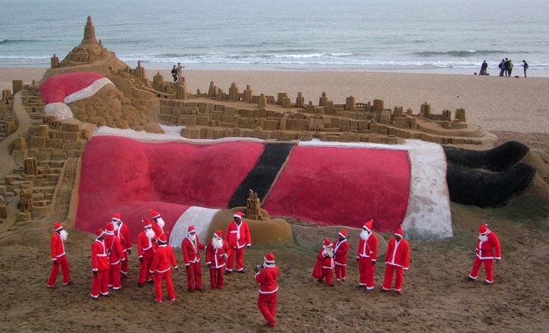 Sur les plages indiennes de Puri, le père Noël se repose avant d'entamer son long voyage autour du monde.