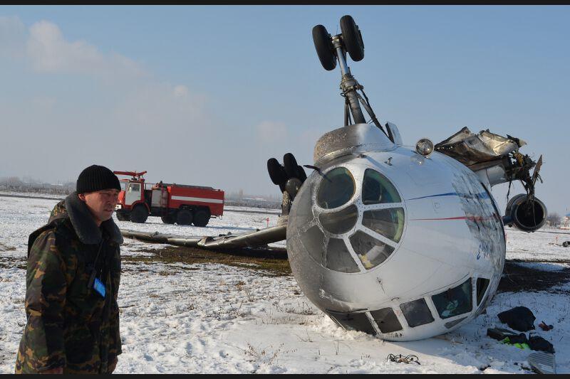 <b>Sortie de piste</b><br /> Atterrissage violent pour ce Tupolev TU134A-3. Après qu'il se soit posé sur l'aéroport régional d'Osh au Kirghizstan aujourd'hui vers midi (heure locale), l'oiseau, immatriculé EX-020 vol R8-3, aurait eu un contact trop violent avec la piste. L'une des ailes de l'avion s'est alors brisée, tandis que les pilotes perdaient le contrôle directionnel au sol. L'appareil est enfin sorti de piste avant de se retourner et de prendre feu, ne faisant heureusement aucun blessé.