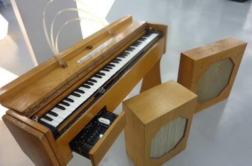 Les ondes Martenot, inventées dans les années 1920, sont l'ancêtre du synthétiseur.