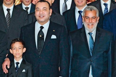 Le roi Mohammed VI et son fils le prince Moulay Hassan, hier à Rabat, au côté du premier ministre Abdellilah Benkirane (à droite).