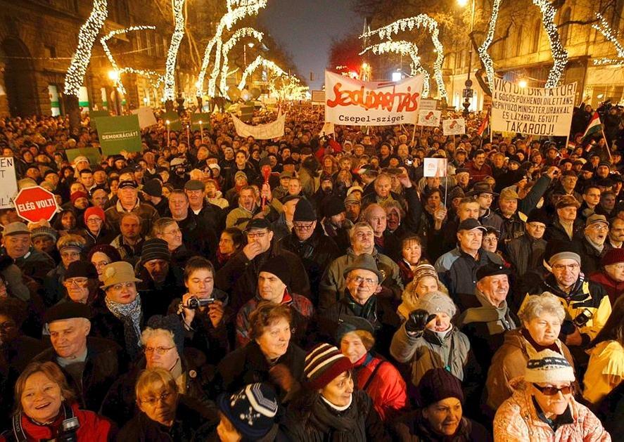 Les Hongrois manifestent en masse contre Viktor Orban