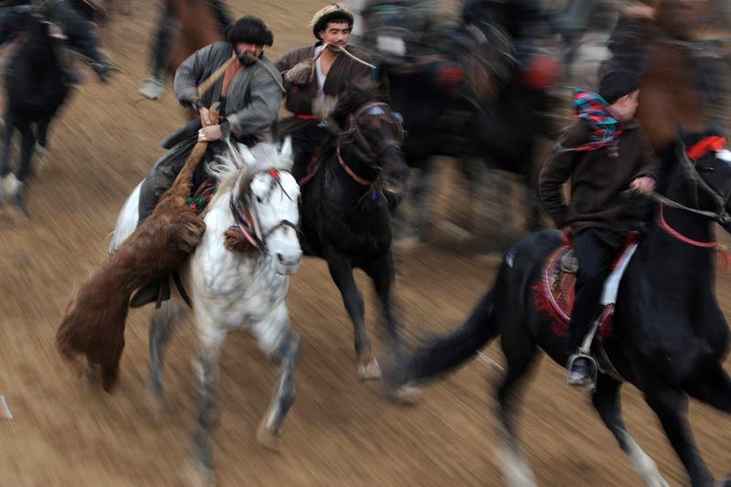 <b>Jeu</b>. Des cavaliers afghans se disputent une carcasse de mouton lors d'une compétition d'un sport très populaire, le Bouzkashi, dans la ville de Mazar-i Sharif. Le Bouzkashi, littéralement le jeu de « l'attrape chèvre », est une sorte de polo qui oppose deux équipes qui s'affrontent pour attraper le corps décapité d'un animal (chèvre, brebis ou veau) et doivent ensuite le ramener dans une zone déterminée. Seuls les meilleurs joueurs, les «chapandaz», peuvent s'emparer de la carcasse. Sport roi des peuples nomades d'Asie Centrale, il est élevé au rang de sport national en Afghanistan, en Ouzbékistan, au Kirghizstan et au Turkménistan.