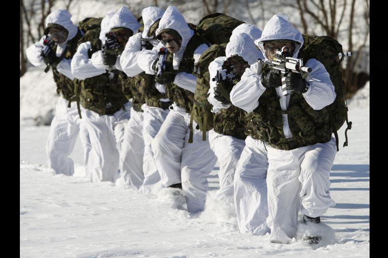 <b>À rude épreuve</b>. C'est un entrainement intensif. Comme chaque année, les soldats d'élite de l'armée sud-coréenne participent à un stage hivernal d'entraînement à la survie, à Pyeongchang, situé à 180 km de Séoul. Ces membres des forces spéciales n'ont qu'un objectif : tenir le coup. Alors ils serrent les dents et s'accrochent. Après des épreuves d'endurance en altitude et des heures de marche dans la neige avec leur paquetage sur le dos et armes à la main, certains sont au bord de l'abandon. Mais aucun ne lâchera.