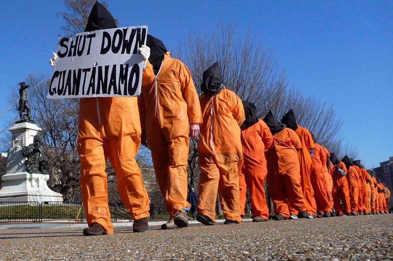 <b>Triste anniversaire</b>. Ces militants de «Témoins contre la torture», vêtus de combinaisons orange et la tête couverte d'un sac noir, demandent la fermeture de la prison de Guantanamo et dénoncent «la détention illimitée sans jugement». Il y a dix ans jour pour jour, après les attentats du 11 septembre 2001, George W. Bush, président des États-Unis, ordonnait l'ouverture de cette prison hors normes pour les «combattants ennemis» capturés dans le cadre de la «guerre contre le terrorisme». Aujourd'hui, 171 hommes y sont toujours incarcérés, malgré les promesses du président américain Barack Obama de la fermer.