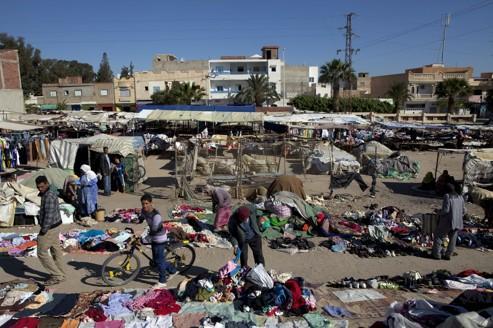 Le marché central de Kasserine. Dans cette ville de 100.000 habitants, à une cinquantaine de kilomètres de la frontière algérienne, une bonne partie des revenus provient de l'économie grise.