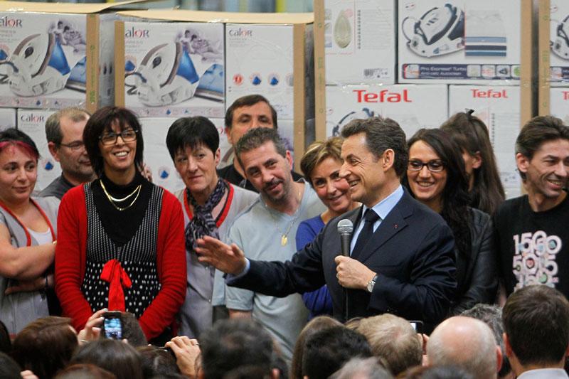 <b>En visite</b>. «Je ne sais pas pourquoi ils me laissent tout seul. Alors que c'est ici que cela se passe». Jeudi, juste avant la présentation des vœux aux forces économiques à Lyon, Nicolas Sarkozy était à l'usine Seb de Pont-Evêque en Isère. Et le président de la République s'étonne. Il s'étonne que ses concurrents à la présidentielle le «laissent tout seul» aller dans les usines. Alors, devant les 900 salariés, le chef de l'État a vanté la solidarité ouvrière où «chacun est sur un pied d'égalité», où «l'on se serre les coudes car c'est dur pour tout le monde». Surtout, il a entamé son travail de pédagogie sur son projet de TVA sociale, mais sans jamais prononcer l'expression.