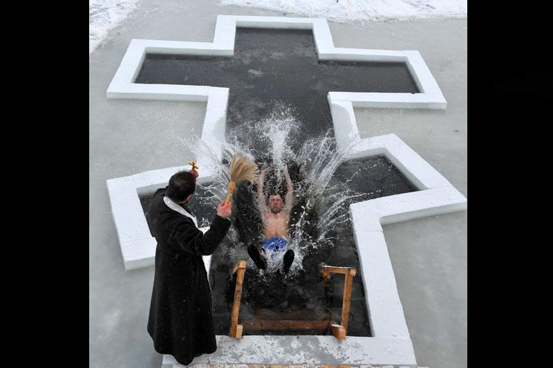 <b>Bain glacé</b>. Faut-il dire courageux ou inconscient, on ne sait pas vraiment. Mais comme ici à Minsk, ils sont des milliers de Russes à avoir sacrifié à la tradition orthodoxe de l'épiphanie en prenant un bain glacé, référence au baptême de Jésus Christ. Il s'agit de laver ses péchés, chacun son tour, ou tous en même temps. Avec une température extérieure négative, l'exercice est fortement déconseillé aux cardiaques, aux plus âgés comme aux plus jeunes. Et pourtant, on évalue à plus de 400.000 personnes, rien qu'en Russie, le nombre de ceux qui ont bravé le froid au nom de leur foi. Alors, pour se donner du courage, beaucoup boivent de la vodka avant de plonger.
