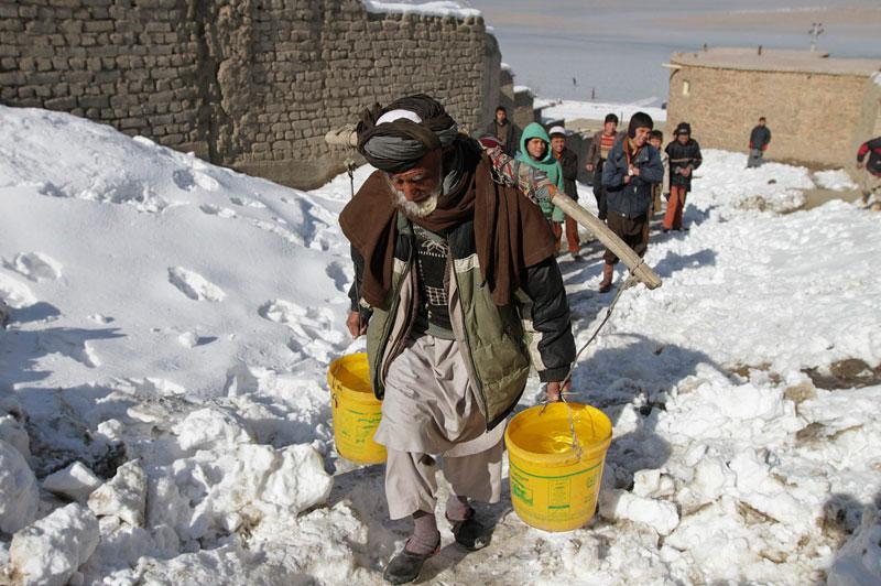 <b>Courageux</b>. Rien ne semble arrêter cet homme. Et malgré les très mauvaises conditions météorologiques, il continue d'aller chercher son eau à une pompe publique de Kaboul. Car depuis quelques jours, de fortes chutes de neige se sont abattues sur la capitale afghane, provocant la mort de 30 personnes et en blessant onze autres. Quelques 70 habitations ont aussi été détruites dans les différentes coulées de neige. Les secours font tout leur possible afin de pouvoir approvisionner en nourriture les habitants se trouvant dans des lieux encore coupés du monde. Et les autorités annoncent que les pénuries actuelles pourraient conduire à une éventuelle crise humanitaire.