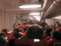 Les passagers tentent d'accéder aux chaloupes.