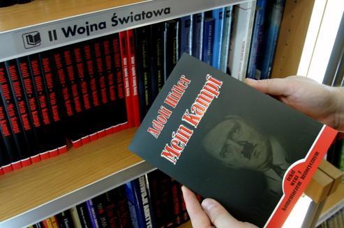 Un exemplaire de Mein Kampf, dans une librairie polonaise.