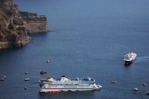 En entrant dans la caldeira de Santorin, la coque du navire a  heurté un récif.