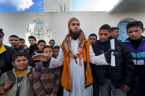 Rencontre entre les salafistes et la population devant la grande mosquée, avant la prière de midi, le 10 janvier à Sejnane