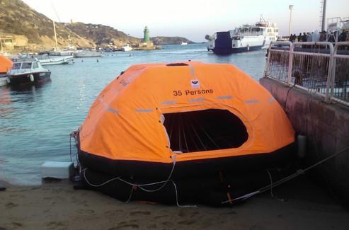 Une chaloupe ayant permis l'évacuation de 35 personnes au moment de l'échouement du Costa Concordia, le 13 janvier, en face de l'île du Giglio. Crédits photo : Frédéric-Arnaud de BUSSCHERE.