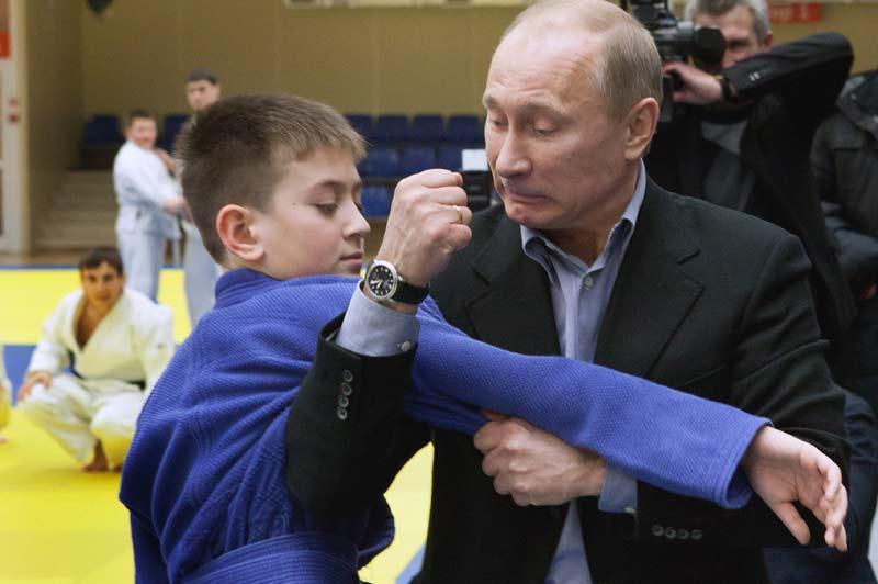 <b>Entraînement</b>. Vladimir Poutine est un sportif accompli et plutôt démonstratif. Féru de lutte russe, de ski et de natation, il pratique aussi et surtout le judo. Alors, mercredi, le premier ministre russe s'est entrainé pendant une demi-heure avec des jeunes enfants au centre sportif de Kemerovo, entretenant son image d'homme fort à deux ans de la présidentielle de 2012. Car Vladimir Poutine reste le grand favori de l'élection du 4 mars prochain, qui doit marquer son retour au Kremlin, qu'il avait dû quitter en 2008 après deux mandats consécutifs (2000-2008).