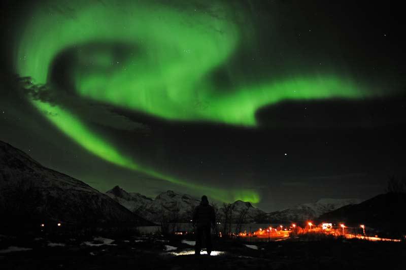 <b>En couleur</b>. Elles étaient attendues et n'ont pas déçu. De nombreuses aurores boréales ont fait leur apparition dans la nuit du lundi au mardi, dans le nord de l'Europe, à la suite de l'orage géomagnétique, le plus puissant depuis 2005, qui a frappé la Terre ces dernières heures. Ces clichés féériques ont été pris depuis Tromso, en Norvège. Situé à 300 kilomètres au dessus du cercle arctique, cet endroit est l'un des lieux les plus connus au monde pour admirer ce spectacle naturel époustouflant.