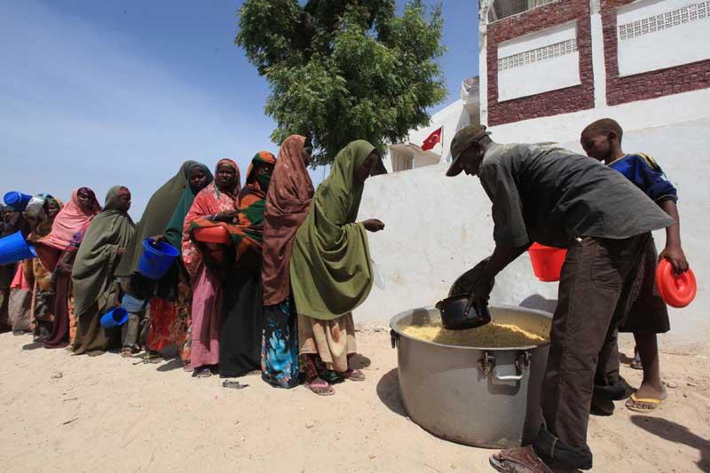 <b>Faim</b>. À Mogadiscio, l'aide alimentaire arrive au compte-gouttes. Et avant que le pays ne bascule dans la guerre civile en 1991, les habitants de Mogadiscio faisaient la queue devant le cinéma. À présent, les files d'attentes sont celles de femmes affaiblies, dans l'attente d'une ration de nourriture. Des milliers de Somaliens, qui ont fui leurs campagnes du sud et du centre du pays, se sont ainsi entassés dans des camps de fortune de la capitale, dans l'espoir d'accéder à l'aide humanitaire, en dépit des combats et l'insécurité. Malheureusement, les stocks ne sont pas suffisants.