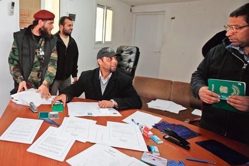 À Tripoli, le 19 janvier, des membres du ministère de l'Intérieur procèdent à l'enregistrement d'anciens rebelles en vue de leur intégration dans les forces de l'ordre.