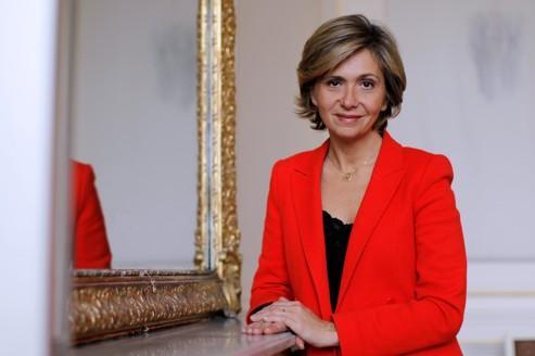 Valérie Pécresse, la ministre du Budget, des Comptes publics et de la Réforme de l'Etat, porte-parole du Gouvernement pose dans un bureau de l'annexe du ministère rue de Lille à Paris.