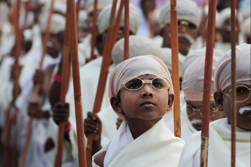 <b>Mahatma.</b><br />Si ce jeune Indien n'arbore pas une fausse moustache comme ses autres camarades, la fine paire de lunettes dorées suffit à donner la ressemblance avec le Mahatma Gandhi. Dimanche dernier, c'est quelque 500 enfants issus des castes inférieures qui se sont habillés comme celui que l'on surnommait Le Père de la Nation indienne, assassiné par un nationaliste hindou le 30 janvier 1948. Philosophe, avocat mais aussi politicien, Gandhi est toujours considéré comme l'une des icônes de la lutte pour les droits civiques. Inspirés par ses idées, des hommes et des femmes ont perpétué son combat, comme Martin Luther King aux Etats-Unis ou Nelson Mandela en Afrique du Sud.