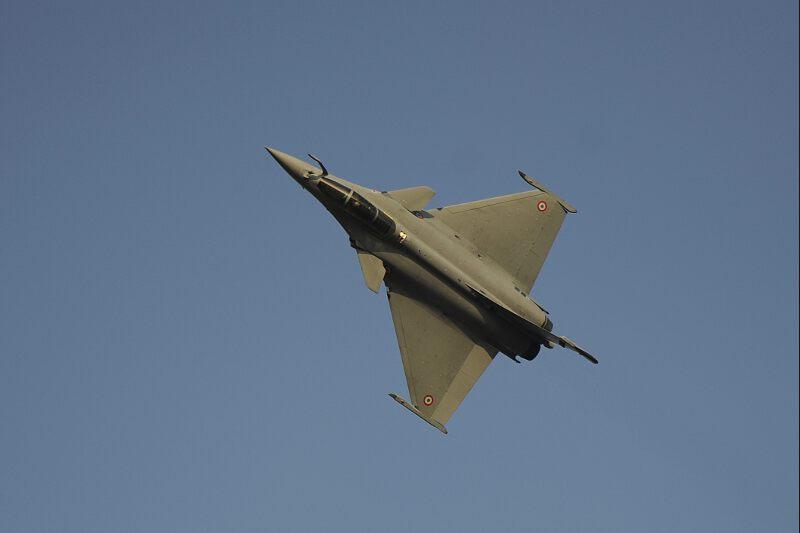 <b>Cocorico.</b><br />Le gouvernement indien ne l'a pas encore officialisé, mais les médias locaux l'affirment : le Rafale de Dassault-Aviation* a remporté le méga appel d'offres, estimé à environ 12 milliards d'euros, portant sur l'achat de 126 avions de combat de dernière génération. A l'issue de très complexes calculs, l'armée de l'air indienne est arrivée à la conclusion que le fleuron de l'armement français était ressorti aux environs de 5 millions d'euros moins cher que son concurrent, l'Eurofighter, construit par le trio BAE-EADS-Finmeccanica. Il se retrouve donc seul en lice pour négocier le contrat final, ce qui demandera encore quelques mois.<br /><i>(*) Le Groupe Dassault est propriétaire du «Figaro»</i>
