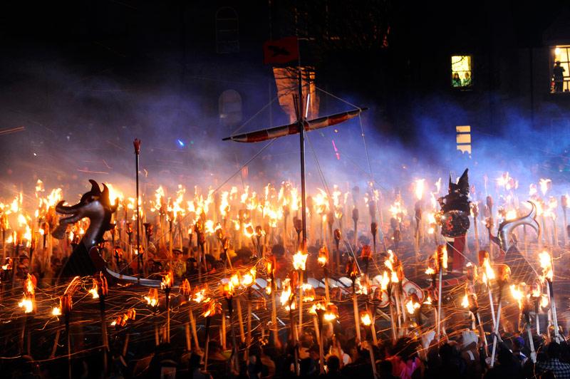 Drakkar de feu. Les apparences sont trompeuses : ce n'est pas le Ragnarök. Ce n'est que la procession d'un vrai drakkar entouré de faux vikings lors du festival Up Helly Aa, sur les îles Shetland, en Écosse. Cette manifestation, dont la première édition remonte au XIXe siècle, avait pour but d'éclairer et de fêter les longues nuits d'hiver. Et comme la coutume le souhaite, les dizaines de torches brandis par les festivaliers serviront, à la fin, à embraser le drakkar. C'est aujourd'hui le plus grand festival qui célèbre les traditions vikings.<br /> &nbsp;&raquo; width=&nbsp;&raquo;544&Prime; height=&nbsp;&raquo;335&Prime; border=&nbsp;&raquo;0&Prime; /></strong></p> <p><strong>Drakkar de feu. Les apparences sont trompeuses : ce n'est pas le Ragnarök. Ce n'est que la procession d'un vrai drakkar entouré de faux vikings lors du festival Up Helly Aa, sur les îles Shetland, en Écosse. Cette manifestation, dont la première édition remonte au XIXe siècle, avait pour but d'éclairer et de fêter les longues nuits d'hiver. Et comme la coutume le souhaite, les dizaines de torches brandis par les festivaliers serviront, à la fin, à embraser le drakkar. C'est aujourd'hui le plus grand festival qui célèbre les traditions vikings</strong></p> <p><strong><img src=
