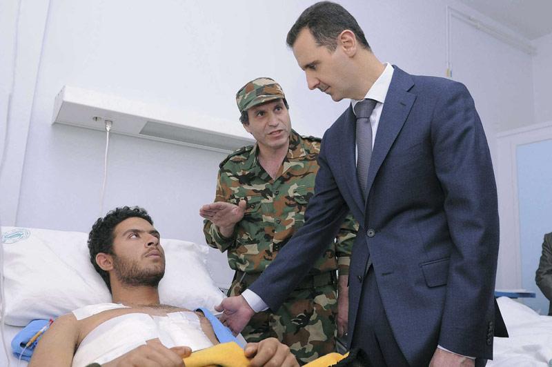 Visite de propagande. Le «cauchemar syrien» continue pendant que Bachar el-Assad rend visite à un soldat blessé lors d'une opération visant à repousser les manifestants. Ce mercredi, le chef de la diplomatie française Alain Juppé annonçait que la répression en Syrie avait fait plus de 6000 morts. Des négociations sont en cours à l'ONU afin de rallier la Russie à un front commun pour tenter de faire plier le président de la république syrienne. Depuis août dernier, la communauté internationale n'a eu de cesse de demander sa démission, pour l'instant en vain.