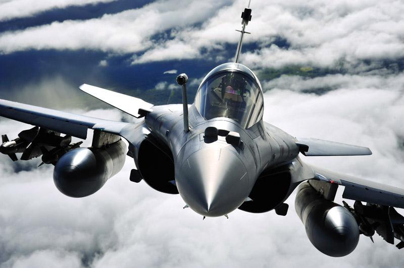 <b>Sur un nuage.</b><br />Enfin une bonne nouvelle pour l'industrie française ! Au terme d'une compétition féroce, qui lui avait déjà permis d'éliminer en avril ses concurrents américains, russe et suédois, le Rafale, du groupe Dassault Aviation* a été sélectionné par l'Inde, mardi dernier, pour participer à la dernière étape – dite de «négociations exclusives» – d'un contrat colossal de plus de 12 milliards de dollars, correspondant à l'achat de 126 de ces appareils. «C'est un signal de confiance pour toute l'économie française», a déclaré Nicolas Sarkozy tandis que François Fillon saluait, devant les députés, «une très bonne nouvelle pour la France». <br /><i>* Le groupe Dassault est propriétaire du</i> Figaro.