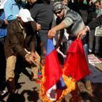 À Beyrouth, des manifestants brûlent les drapeaux chinois et russe devant l'ambassade syrienne.