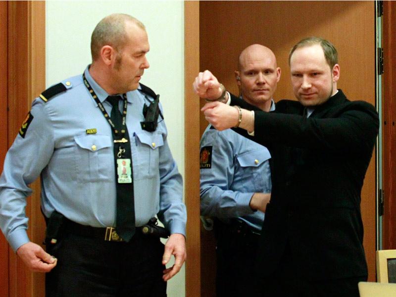 <b>Libération immédiate.</b> C'est ce qu'a exigé Anders Behring Breivik. En costume noir et cravate bleu clair, l'auteur des attaques qui ont fait 77 morts le 22 juillet en Norvège, est entré dans la salle du tribunal mains menottées, poings fermés, mais néanmoins capable de faire ''un salut à l'extrême droite'', selon son avocat. L'extrémiste de 32 ans a expliqué que son carnage était ''une attaque préventive contre des traîtres à la patrie'' commise pour ''défendre la population ethnique norvégienne''. ''Je n'accepte pas l'emprisonnement. J'exige d'être libéré immédiatement''. La Cour a ordonné son maintien en détention provisoire alors que son procès doit s'ouvrir le 16 avril. SCANPIX NORWAY/Reuters.
