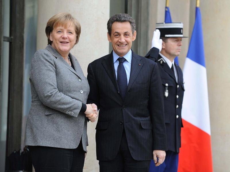 <b>Main dans la main.</b> La chancelière Angela Merkel a apporté lundi un soutien politique de poids au futur candidat à la présidentielle Nicolas Sarkozy, lors d'un conseil des ministres franco-allemand où les deux dirigeants ont pressé la Grèce de boucler les tractations sur sa survie financière. Dès l'issue de l'entretien qui ouvre rituellement la réunion annuelle des deux gouvernements, Mme Merkel a donné, devant la presse, le petit coup de pouce électoral attendu par le chef de l'Etat, donné largement perdant de la course à l'Elysée à moins de 80 jours du premier tour. «Je soutiens Nicolas Sarkozy sur tous les plans, car nous appartenons à des partis amis», a lancé Mme Merkel en rappelant que le président français était venu lui prêter main forte en participant en 2009 à un de ses meetings à Berlin, quelques mois avant sa reconduction à la tête du gouvernement allemand. Photo : Sipa Press