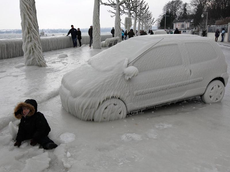 <b>Mortel hiver.</b> Si, comme ici, à Genève, en Suisse, le froid et la neige ont fait des heureux, l'est de l'Europe fait face à une situation très préoccupante. Depuis le début de la vague de froid il y a une dizaine de jours, le nombre des décès par hypothermie en Pologne s'élève désormais à 62, avec neuf morts de plus en 24 heures. Les températures les plus basses, jusqu'à -24 degrés centigrades, ont été enregistrées dans la nuit de dimanche à lundi dans le nord-est du pays. Au total, depuis le début de novembre, 107 personnes ont péri par hypothermie. En Lituanie voisine, douze personnes sont mortes de froid pendant le week-end, portant le bilan des décès à 23. En République tchèque, au moins quatre personnes sont mortes ces jours derniers en Moravie, dans l'est, et deux autres à Prague. Photo : Reuters.